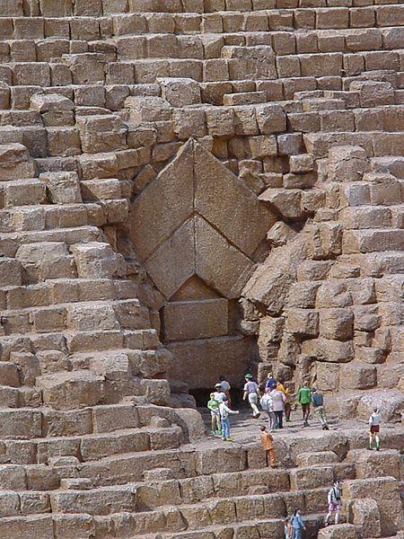 La entrada principal de Khufu tiene una altura de 15-17 metros.