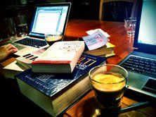 1 h 30 du matin... Fée tempête est en pleine séance d'écriture nocturne. Faut croire qu'on est plus productives la nuit!