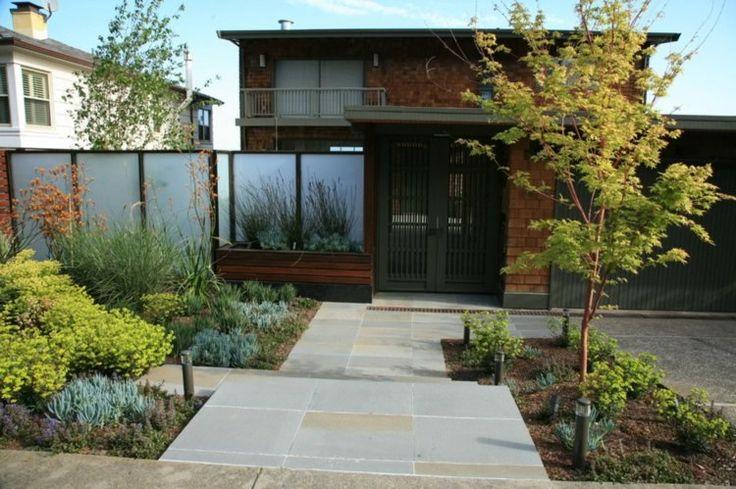 jardin avec allée, arbres jaunes et plantes à feuillage bleuté et jaunâtre