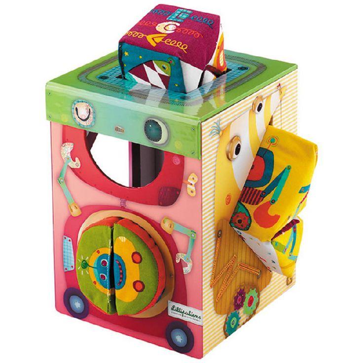 Gioco di associazione, incastro e manipolazione di forme in morbido tessuto imbottito.Ciascuna presenta sulle sue facce un numero, un personaggio e dei motivi e trame coordinate al contenitori in robusto cartone con apposite feritoie.Contenuto: box   8 forme morbide  Dimensione: cm 14x19x14