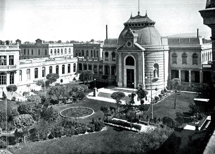 El antiguo Hospicio para Niños Pobres. Este conjunto fue inaugurado en 1905 y se encontraba en la Calzada San Antonio Abad, muy cerca del Río de la Piedad, ahora Viaducto; en la década de los sesenta fue demolido en su mayor parte para construir el cuartel de Guardias Presidenciales. Año de 1910