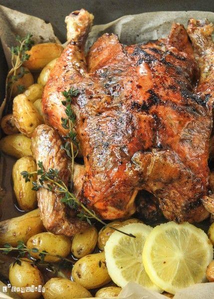 Para compartir con la familia un domingo en la comida, esta receta de pollo al horno con  limón y tomillo será una buena opción