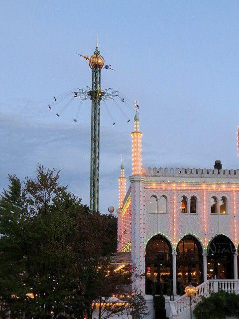 Tivoli Garden    Parte da fama do parque vem da sua montanha russa de madeira, construída em 1914 – uma das mais antigas em operação – e pelo carrossel mais alto do mundo, chamado The Star Flyer que chega a 80 metros de altura, proporcionando uma vista panorâmica incrível da cidade.