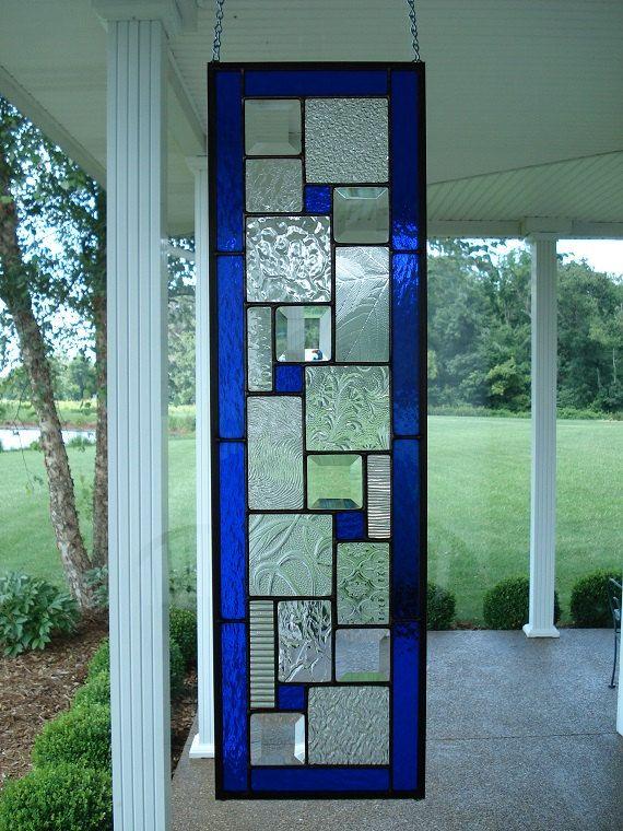 Stained Glass Panel tableau arrière fenêtre bleu profond Fabriqué sur commande Sil vous plaît permettre 4 semaines TAILLE : 25 5/16 x 7 5/16 *** (environ 25 x 7) Ce panneau de vitrail a été conçu et créé par mes soins dans mon atelier d'Indiana. Il est fait en utilisant la méthode Tiffany de feuille de cuivre de la construction et mesure environ 25 5/16 x 7 5/16. Il se compose de six biseaux clair étincelant, quatre petits carrés de verre bleu profond texturé et une vari...