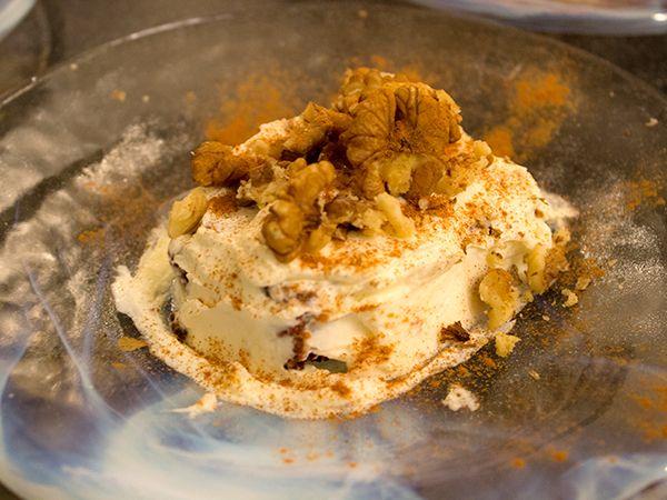 En både gluten- och sockerfri morotskaka gjord på dadlar, morötter, valnötter och ägg. Toppas med frosting.