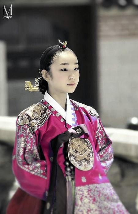 Korean beauty in Hanbook. Not everyone can wear it.gracefully and be beautifull. Was she Kim Yuna?