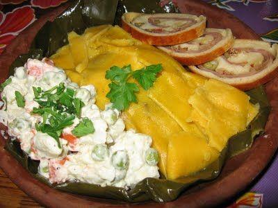 VENEZUELA: La hallaca o hayaca es un plato envuelto típico de Venezuela . Consiste en un pastel hecho con masa de maíz saborizada con caldo de gallina y coloreada con onoto o achiote, relleno con un guiso de carne de res, cerdo y gallina o pollo (aunque hay versiones que llevan pescado),1 al cual se le agregan aceitunas, uvas pasas, alcaparras, pimentón y cebolla, envuelto de forma rectangular en hojas de plátano o de bijao