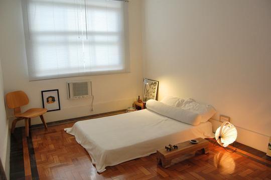 Zastanawiam się w jaki sposób zaaranżować sypialnię bez łóżka a samym materacem na podłodze Co położyć pod materac aby nie wyglądało to jak pokój studenta w akademiku Czy są jakieś