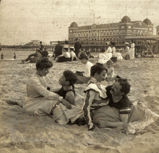 (animated stereo) Love at the seaside, 1902 by Thiophene_Guy, via Flickr