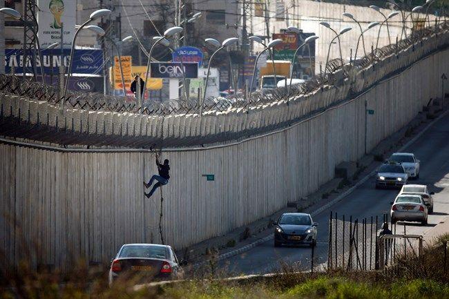 Cari Kerja Pria Palestina Ini Ditembak Penjajah Zionis Karena Panjat Tembok Pemisah  Seorang pria Palestina dengan menggunakan tali memanjat tembok pemisah Israel antara kota al-Ram Tepi Barat dan Timur Baitul Maqdis. Foto: AFP/Thomas Coex Dokumentasi  BAYT LAHM Senin (Maan News Agency | 972mag.com): Pasukan penjajah Zionis menembak dan melukai seorang warga Palestina di kawasan Wadi al-Hummus timur Bayt Lahm di sebelah selatan Tepi Barat terjajah saat ia coba mencapai Baitul Maqdis melalui…