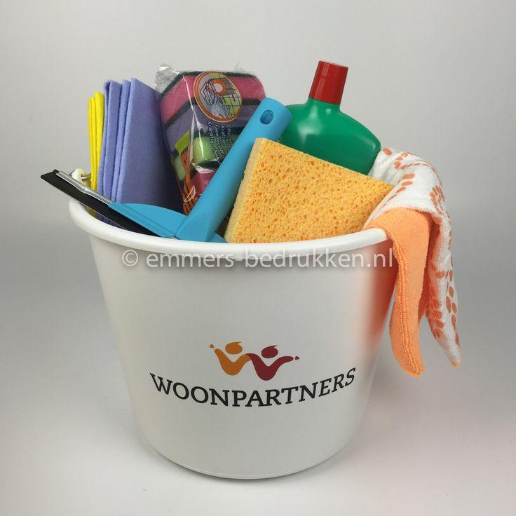 Schoonmaakpakket | bedrukte emmer met uw logo of tekst gevuld met allerlei schoonmaakartikelen voor het huishouden. TIP: geschenkenpakket voor bv woningcorporaties, woningstichting, keukenleveranciers, parketbedrijven, makelaars.