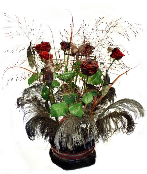 http://holmsundsblommor.blogspot.se/2012/11/rockig-dekoration-till-brollop.html Centerpiece Rose Red Naomi, siergrass och  ostrich feathers (strutsfjädrar)