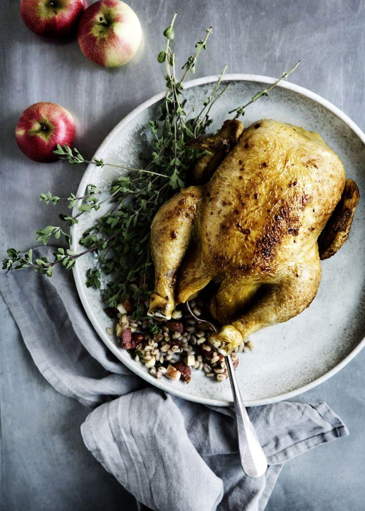 Grydestegt kylling med æble, byg og bacon