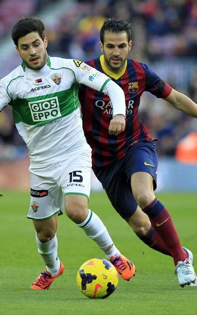 Carles Gil se lleva el balón por delante de Cesc Fàbregas