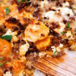 Dieser Süßkartoffel-Hackfleisch-Auflauf mit Feta ist einfach, würzig und schnell gemacht. Eine tolle Alternative zu Kartoffelauflauf und super lecker!