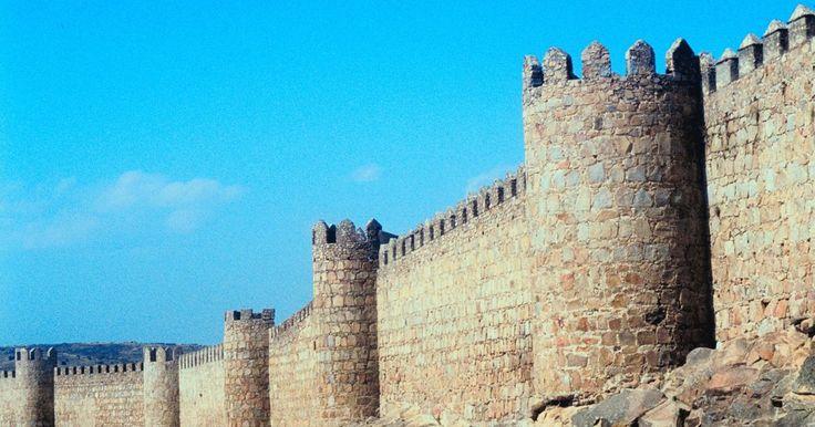 ¿Para qué se usaron las catapultas en los tiempos medievales?. La guerra medieval consistió en una fuerza militar sitiando un castillo, ciudad o fortaleza y a sus habitantes. A menudo, los castillos eran rodeados de agua, o fosas, dificultando el acceso directo. Las catapultas fueron utilizadas para propulsar objetos, tanto por encima de los muros del castillo como contra ellos. Un ataque con catapultas era ...