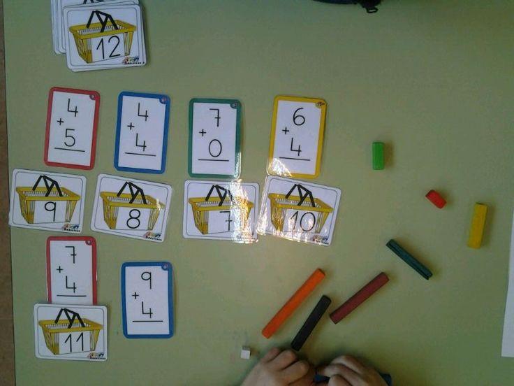 """En un aula de Pedagogía Terapéutica la maestra ha escogido dos recursos diverdidácticos, """"Pescar sumas"""" y """"Ordenem les cistelles"""", para que su alumno practique la resolución de algoritmos de suma."""
