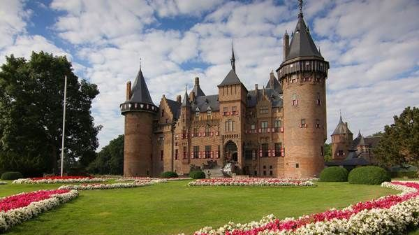 There is much to see if you take a trip south of the city. Within an hour of Amsterdam's city centre, you can explore the former country retreats of Amsterdam's golden age merchants, see the city's old defensive forts or take in glorious nature and picturesque villages. Here are five of the best things to do around the area known as Castles & Gardens!