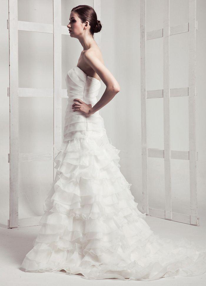 Elegant Strapless Organza Wedding Dress with Multilayer Skirt
