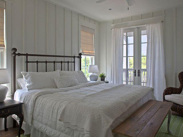 Slaapkamer met een mooie kroonluchter en hetbed met mooi houten hoofdeind Houten hoofdeind en mooi beddengoed Ik kon het niet...