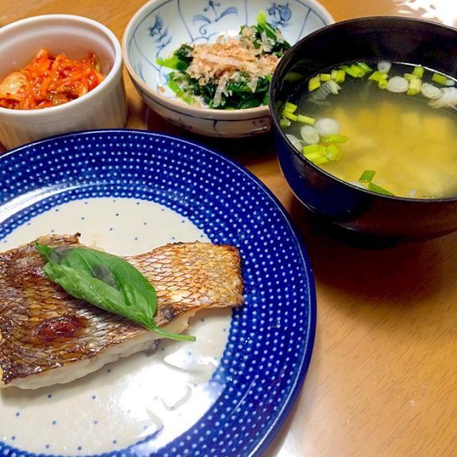 鯛一匹やすく手に入ったので、捌いて潮汁と塩焼きにしました。塩焼きは昆布と酒、塩、生バジルに2時間位漬けておきました。 - 11件のもぐもぐ - 丸ごと鯛料理 塩焼きと潮汁 by kimurasawaOyK