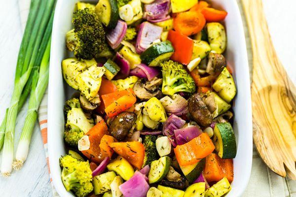 КАК РАЗ И НАВСЕГДА СТАТЬ МАСТЕРОМ В ЗАПЕКАНИИ ОВОЩЕЙ.  Запекание в духовке, вероятно,самый простой и полезныйспособприготовления овощей. Он один из первых приходит на ум, когда мы думаем, что сделать с овощами, чтобы превратить их во вкусный гарнир…
