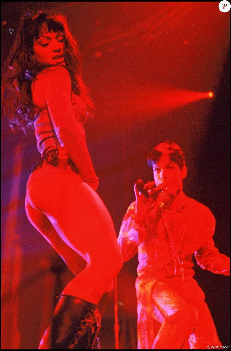 Mayte Garcia et Prince en concert à Wembley à Londres en mars 1995