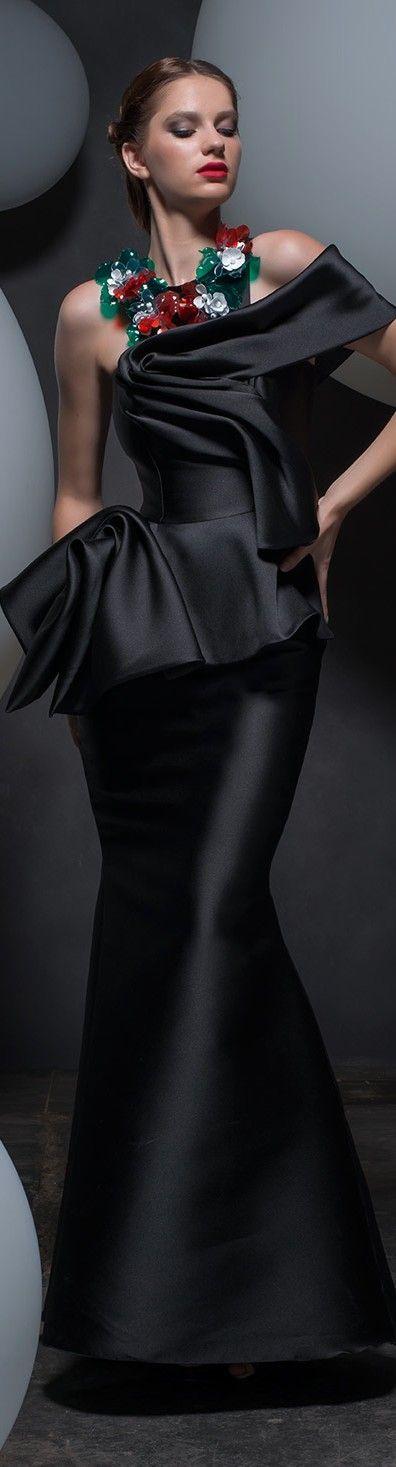 """Violão   O clássico """"corpão violão"""": os ombros são menores que os quadris e a cintura e braços são magros.  Dica: É importante alongar o corpo e marcar a cintura. Aposte em saias mais firmes, blusas e casacos acinturados, decotes e sobreposições."""