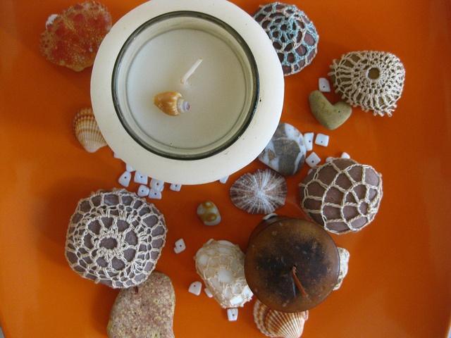 Crocheted sea stones as a plate decoration idea!