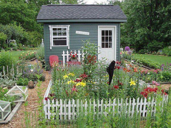 Детский уголок в саду.