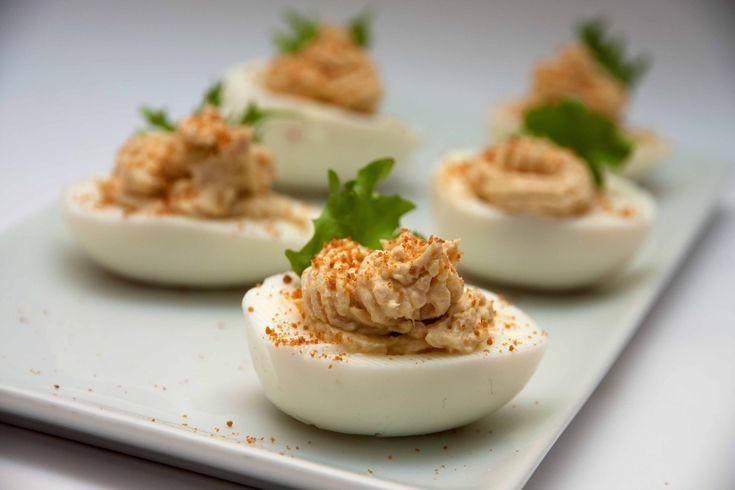 Le Uova ripiene con mousse di tonno e bottarga sono un piatto semplice da preparare ideale come antipasto finger food o come piatto unico