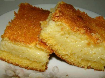 Bolo de Fubá cemoso: 2 xíc (chá) de leite 1 lata de leite cond. 3 ovos 1 e 1/2 xíc (chá) de açúcar 1 xícde fubá  3 col (sopa) de farinha de trigo 2 col de manteiga (30 g) 1 col de fermento em pó 3/4 xíc de queijo ralado 1 pitada de sal Bata no liquidificador,  acrescente o fermento em pó, bata até misturar.  Coloque a mistura em uma assadeira untada  por aproximadamente 50 minutos.