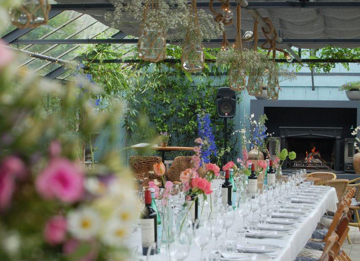 Bruiloftsdiner aan lange tafel in de kas