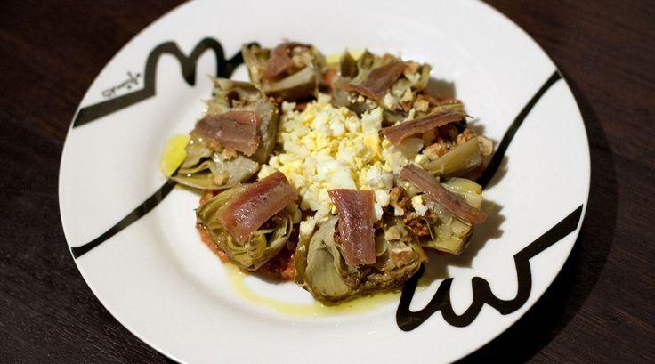 Alcachofas confitadas con huevo, anchoa y nueces