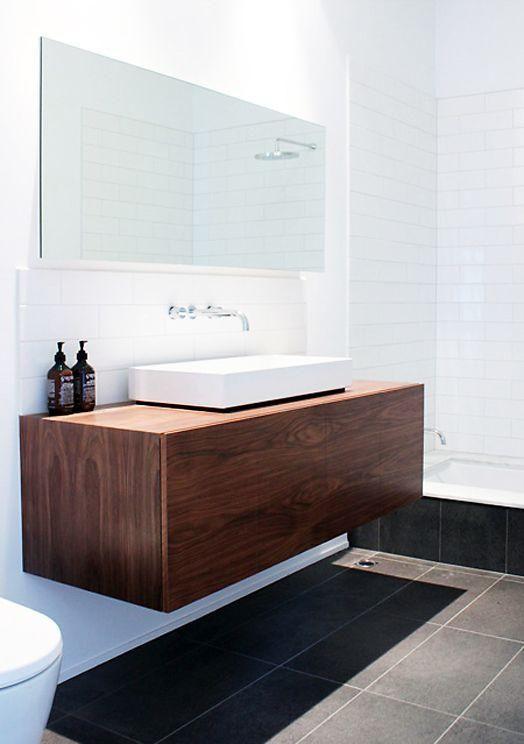 Nice Ein dunkles Holz schwimmenden Schrank mit einem wei en Waschbecken sieht schick und lakonisch