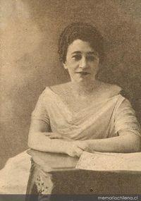 Elvira Santa Cruz Ossa (1886-1960) Directora histórica de la revista El Peneca, escritora, periodista y pedagoga. Publicó artículos y crónicas en diarios y revistas bajo el seudónimo Roxane y realizó diversas obras de acción social destinadas a los niños.
