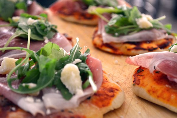 Mini prosciutto e rucola pizza's