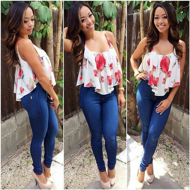 Jeans y blusa de flores.