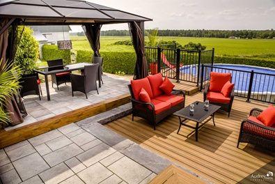 Patio nouveau genre. Cour arrière avec patio de pavé, composite Trex et cèdre rouge. #trex #permacon #piscine #brissonpaysagiste #patio #terrasse