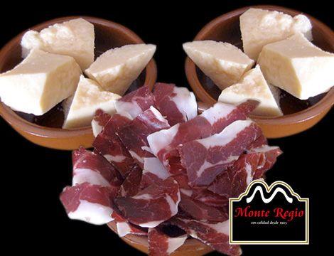 Hora del #aperitivo: ¿qué os parecen estas deliciosas lonchas de jamón ibérico #MonteRegio acompañadas de queso curado?