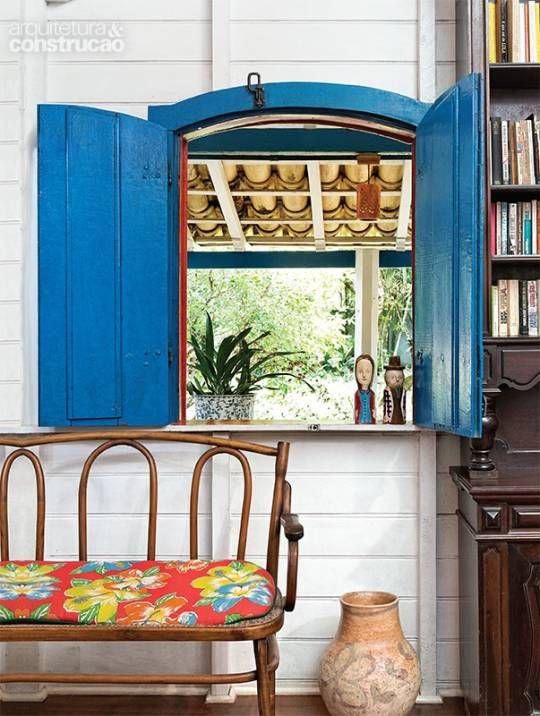 Adquirida em 1981, a casa de veraneio no litoral teve preservadas as feições da arquitetura colonial. Modificada ao longo dos anos, transformou-se em lar permanente
