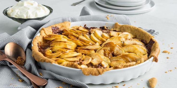 Karameller og epler en en magisk kombinasjon i eplepai. Oppskrift på eplepai med karamell. Verdens enkleste karamellsaus.