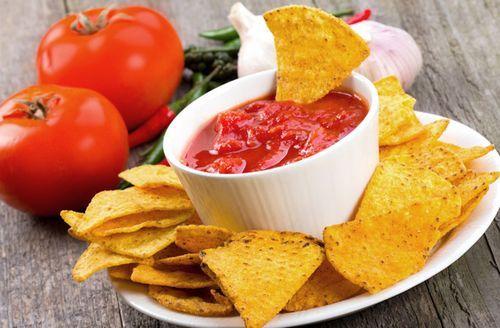 Tortilla chips házilag recept Hozzávalók: 1 bögrekukoricaliszt(3,5 dl-es bögre) 1 bögrefinomliszt 10 dkgmargarin 2 dlvíz(forró, szükség szerint) 1 kk.sütőpor 1 kk.só Elkészítése: A liszteket keverjük össze a sóval és a sütőporral, majd a margarint is morzsoljuk bele. Egy kevés forró vizet öntsünk hozzá, hogy össze tudjuk dolgozni a tésztát. Annyi víz kell hozzá, hogy lágy(...)