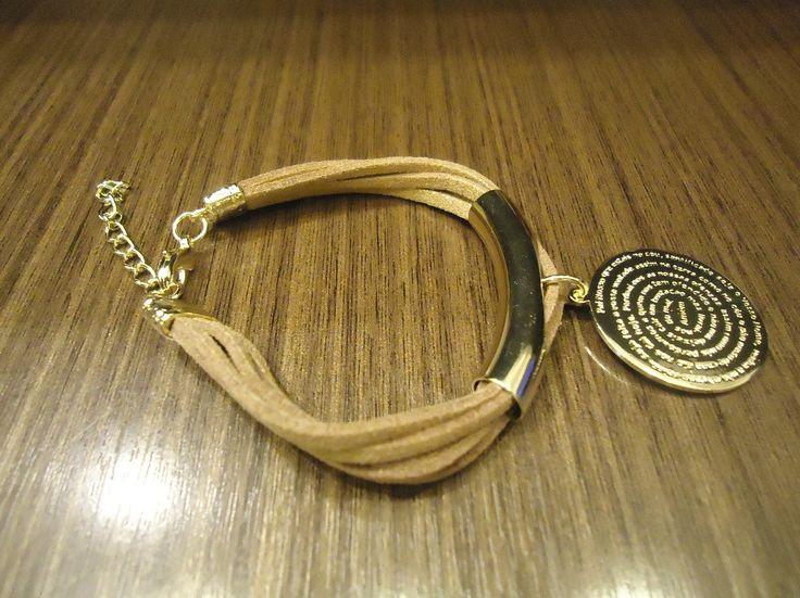 Pulseira com medalha do pai nosso  folheada a ouro, em couro.