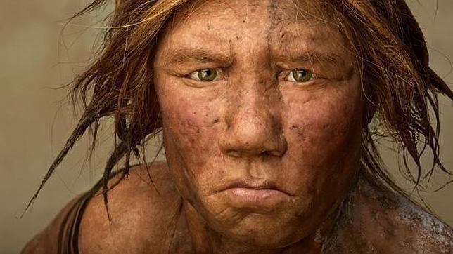 """42. Homo sapien sapiens. Esta es una mujer sapien sapiens y su nombre significa """"hombre que piensa"""" y se debe a la capacidad de pensar en su vida cotidiana. Su especie se disperso por el mundo hace 130.000 años. Era bípedo, con vista a color, muy parecido al hombre actual, media 1,70m y un ser fuerte. Cuando los hombres cazaban, las mujeres cuidaban de las crías o recolectaban frutos. Los hombres confeccionaban armas para atacar a animales, comerlos, y con la piel hacerse una vestimenta."""