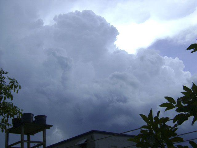 Los angeles miran escondidos en las nubes. :)