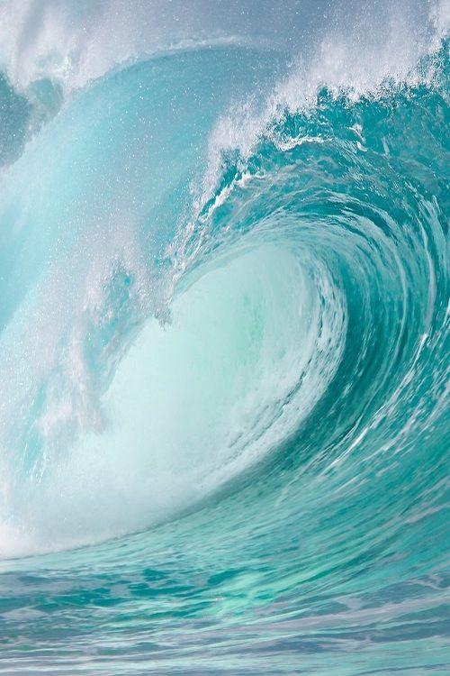 Türkise Wellen, rauschende Brandung und sanfter Wind.