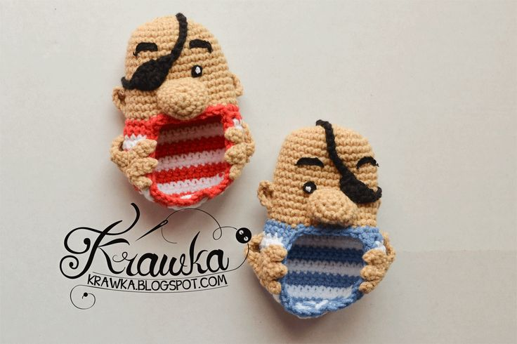 Pirate Baby Booties by Krawka.blogspot.com - free crochet pattern (Needs translation but the base bootie has an English Pattern):