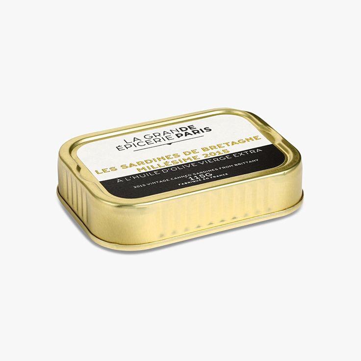 Pêchées au large de l'Afrique, les sardines ont été parées à la main dans le respect des traditions, puis séchées, frites, rangées une à une dans la boîte et enfin couvertes d'huile d'olive vierge extra. Soyez un peu patient, la sardine se bonifie avec le temps, votre plaisir gustatif n'en sera que plus grand !
