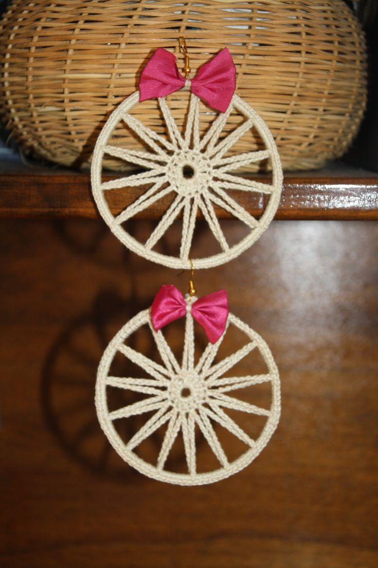 Orecchini fatti a mano ad uncinetto in cotone beige con fiocco fuxia:)